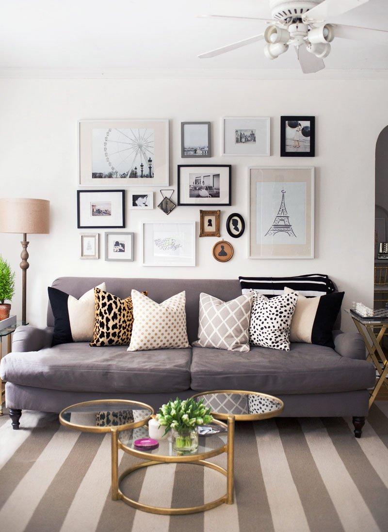 4a8e1d0506 Ezen kívül a falon két arany szín keretbe foglalt kép, és a kanapé melletti  kis asztlaka is az összhang megteremtésén fáradozik.